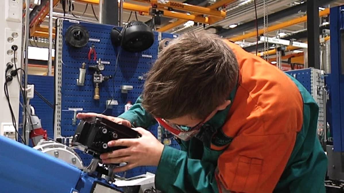 Työntekijä tekemässä venttiiliä Metson tehtaalla.