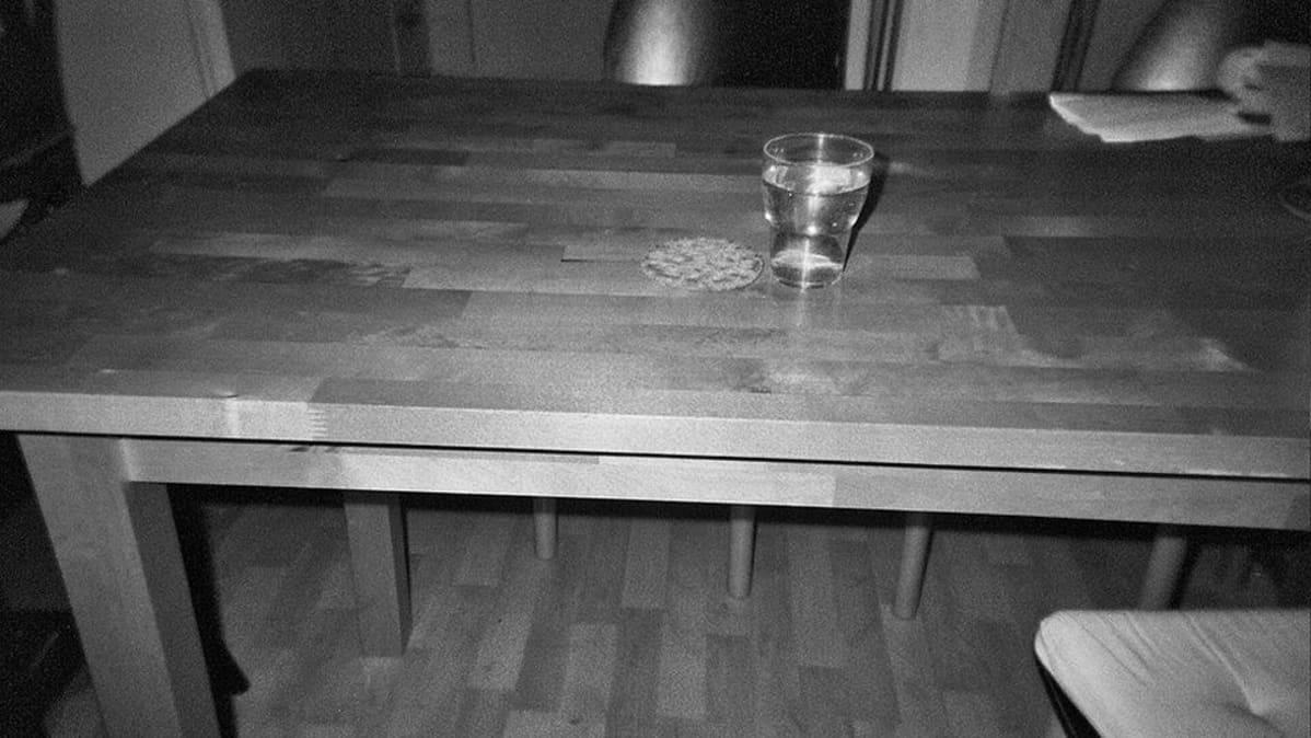 Näkkileipä ja lasi vettä ruokapöydällä.