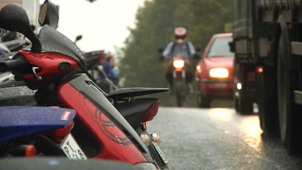 Mopoilija ja autoja liikenteessä