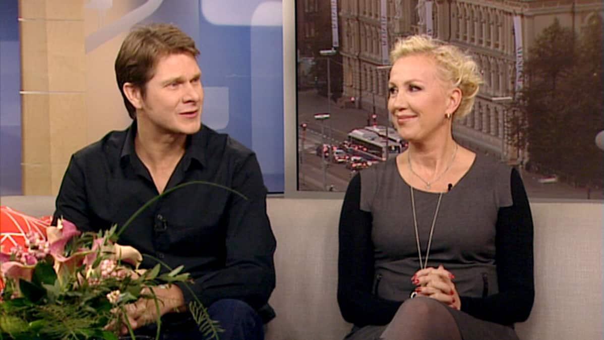 Kari-Pekka Toivonen ja Merja Larivaara Aamu-tv:n vieraina 14. lokakuuta.