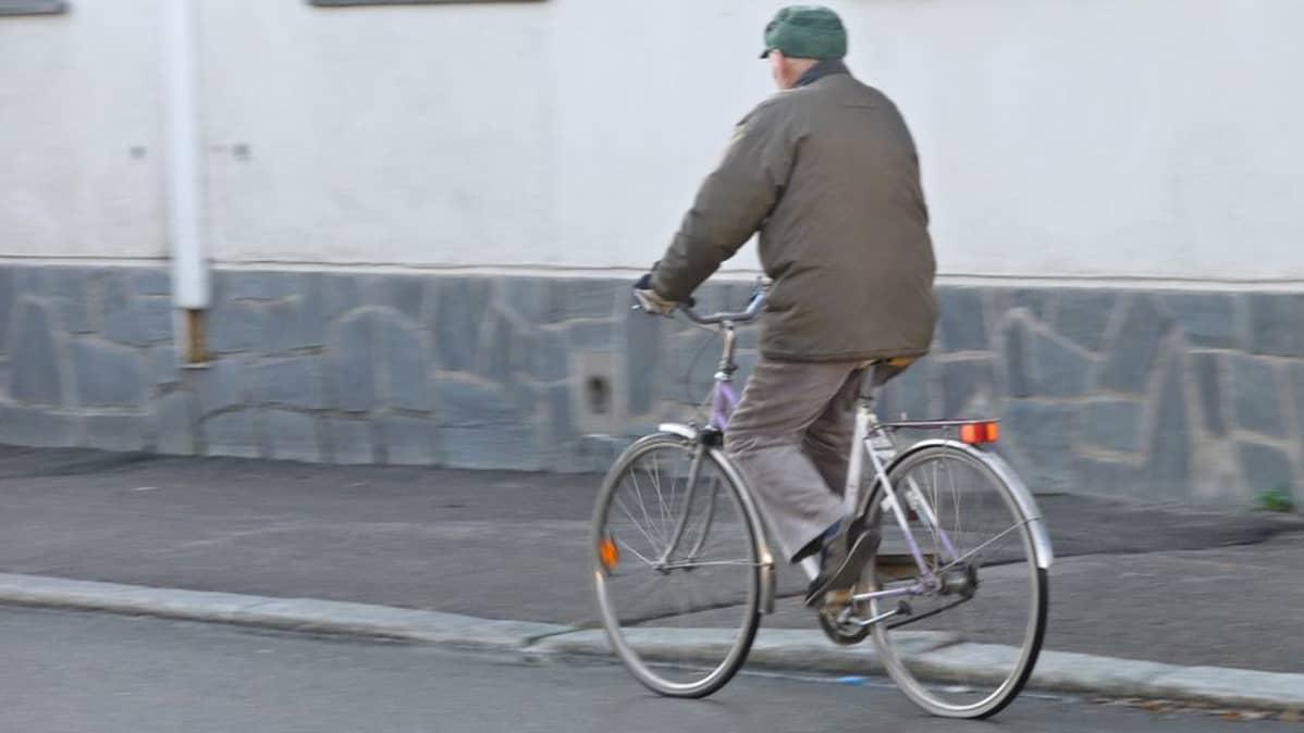 Vanhus ilman pyöräilykypärää