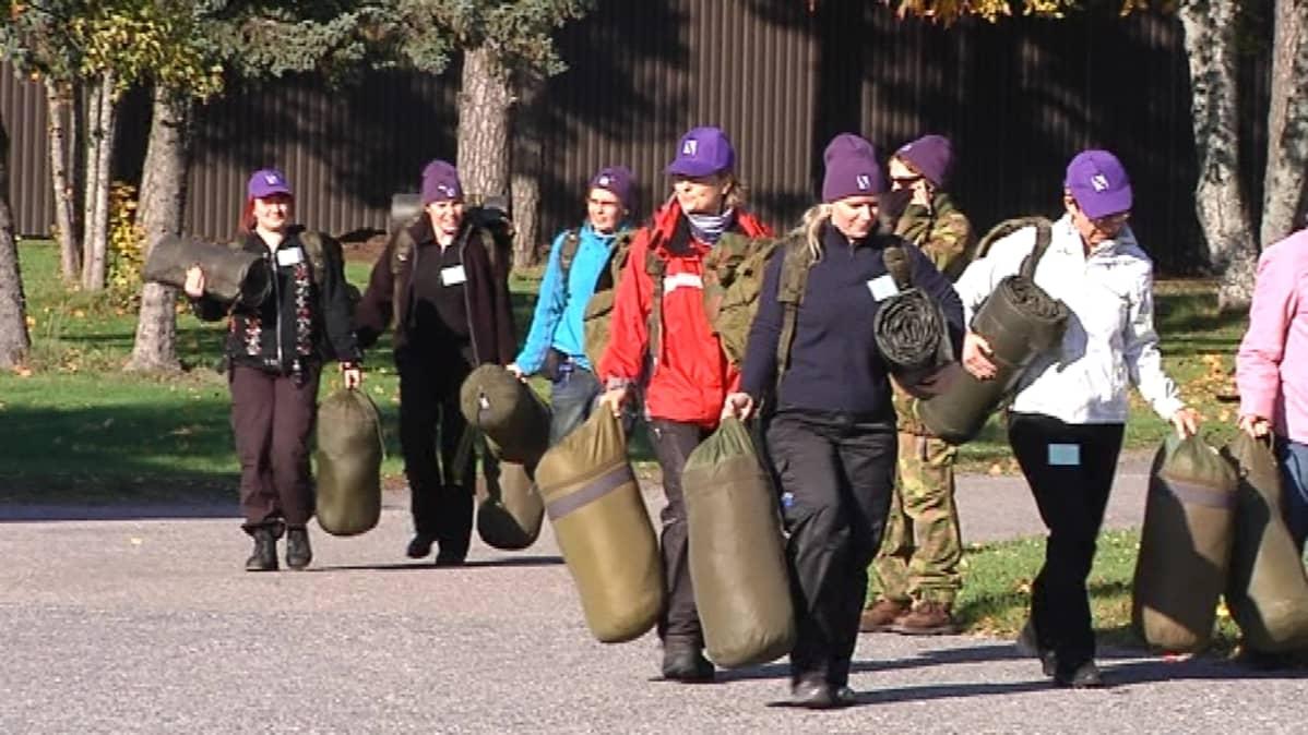 Harjoitus alkoi armeijan tapaan varusvarastolta.