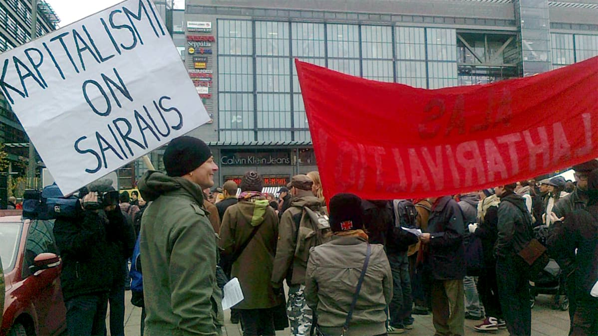 Mielenosoittajia Kampin Narinkkatorilla 15. lokakuuta.
