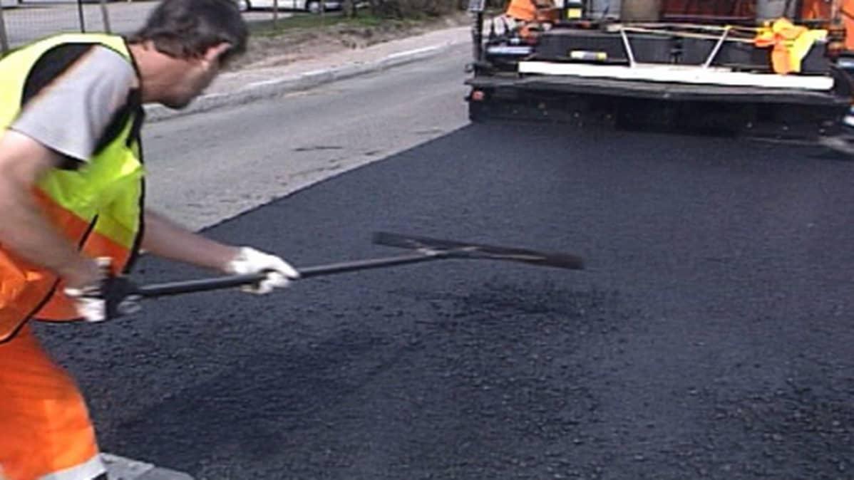 Tielle levitetään uutta asfalttia.