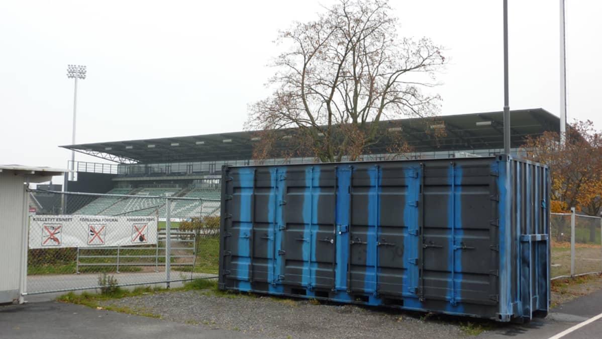 FC Interin väreihin maalattu kontti Kupittaan stadionin edustalla.