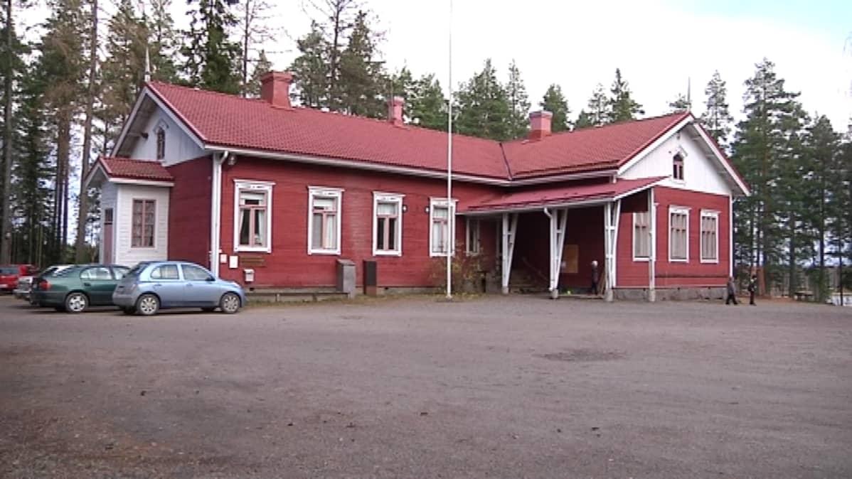 Ähtärissä yli 100-vuotias Peränteen koulu.