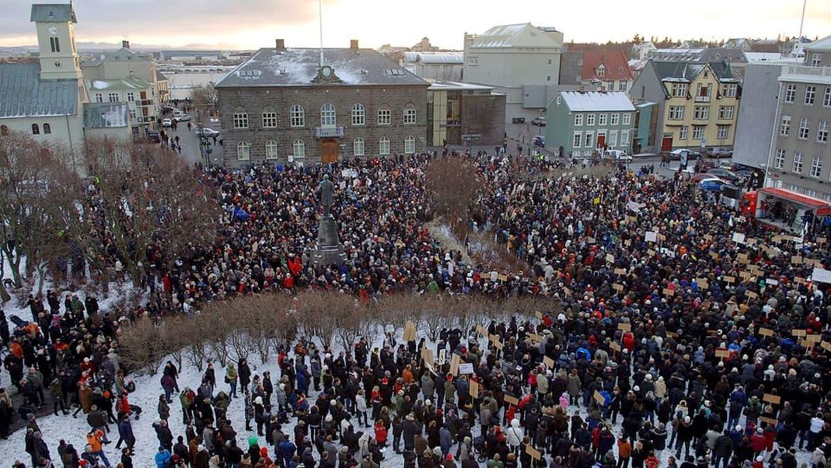 Yli 6 000 islantilaista osoittamassa mieltään talouskriisin vuoksi Austervollur-aukiolla Reykjavikissa.