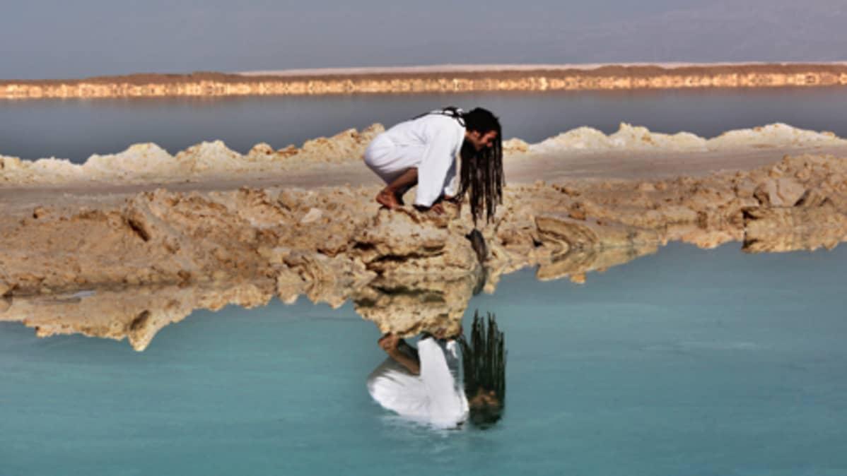 Jordanjoen likainen ja suolainen vesi päätyy Kuolleeseenmereen.