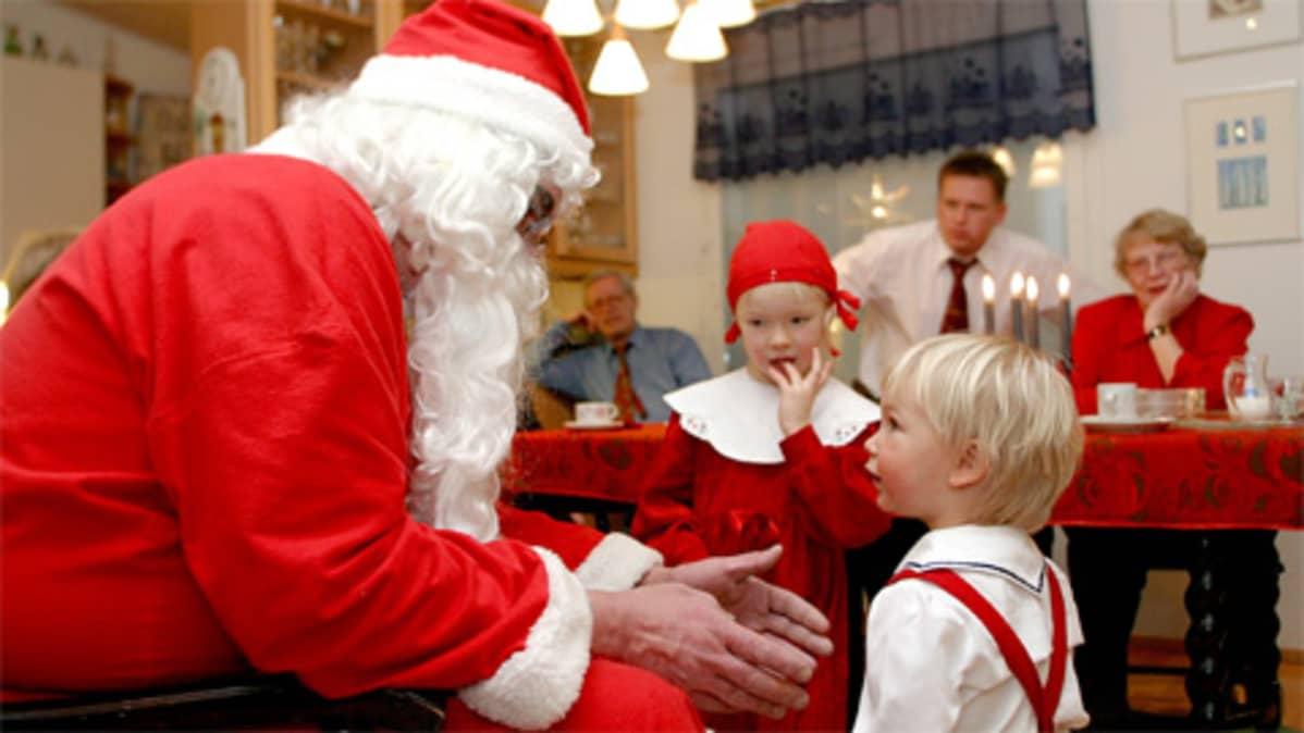Joulupukki tenttaa lasten kiltteysastetta.