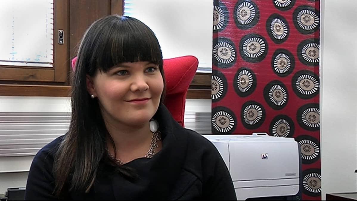 Isojoen kunnanjohtaja Linda Leinonen on tummahiuksinen nuori nainen.