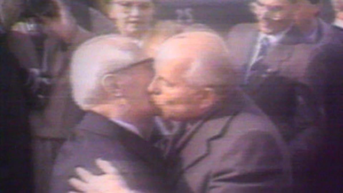 Presidentti Gorbatšov ja puoluejohtaja Erich Honecker suutelevat Itä-Berliinissä.