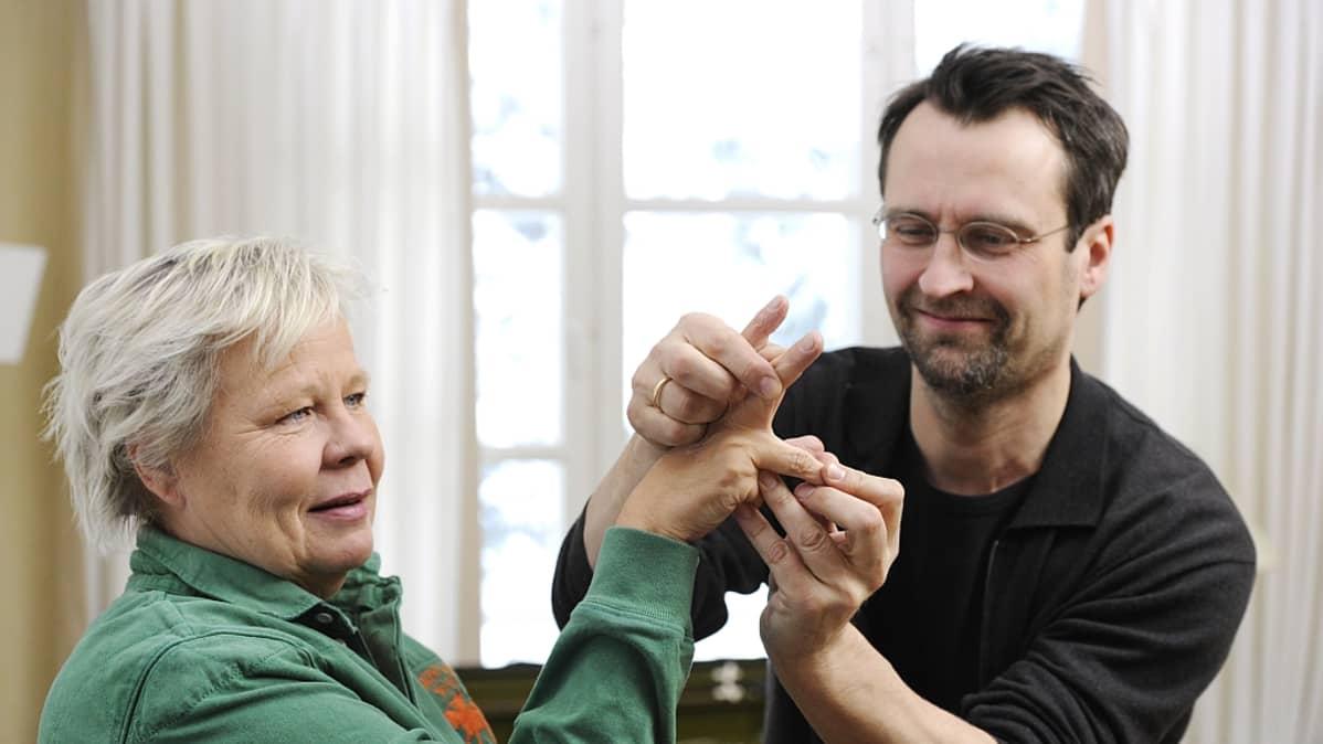 Kapellimestari Jan Söderblom opastaa Ulla Tapanista Ylen Maestro-ohjelmassa.