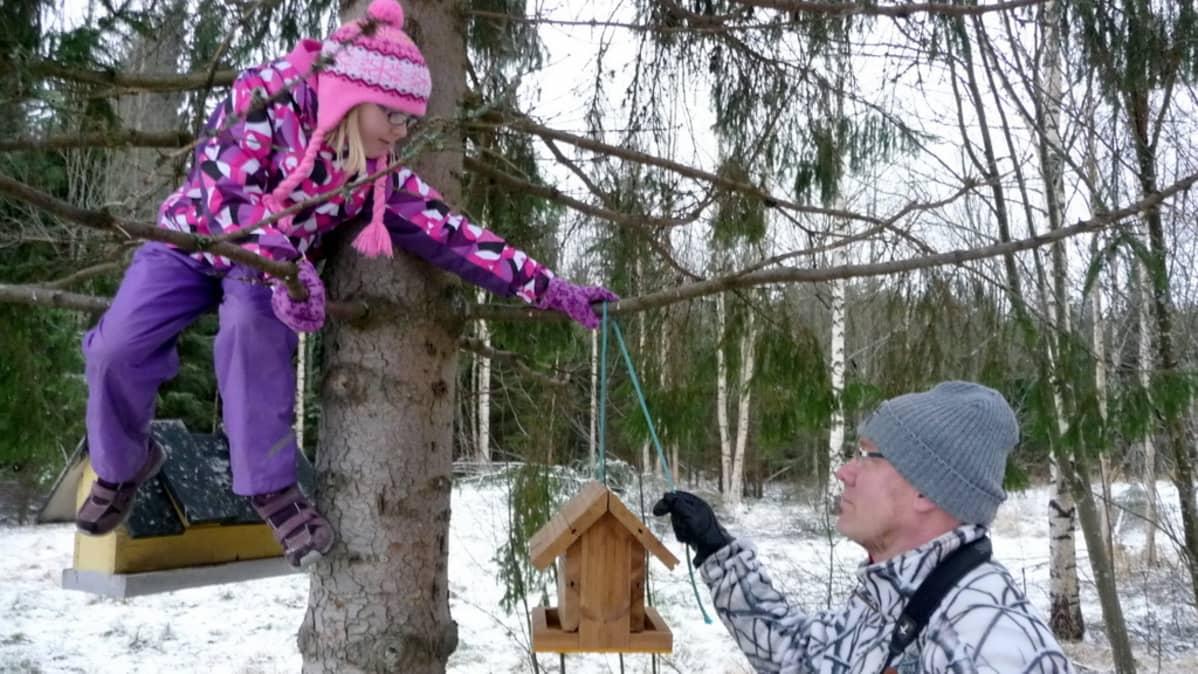 Siilinjärveläiset Eve ja Eelis Rissanen kattavat lintujen talvipöytää.