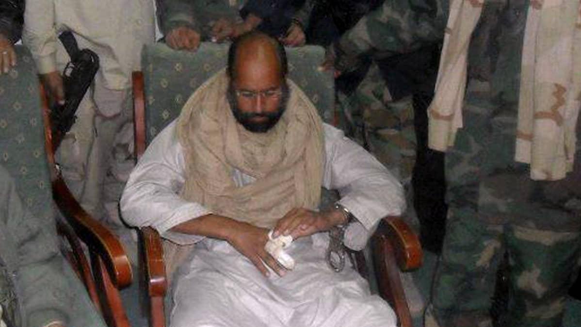 Saif al-Islam Gaddaffi Abou Bakr Essedik -vallankumouksellisjoukkojen ympäröimänä pidätyksen jälkeen.