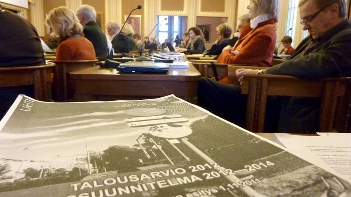 Lahden kaupunginvaltuusto käsittelee vuoden 2012 talousarviota.