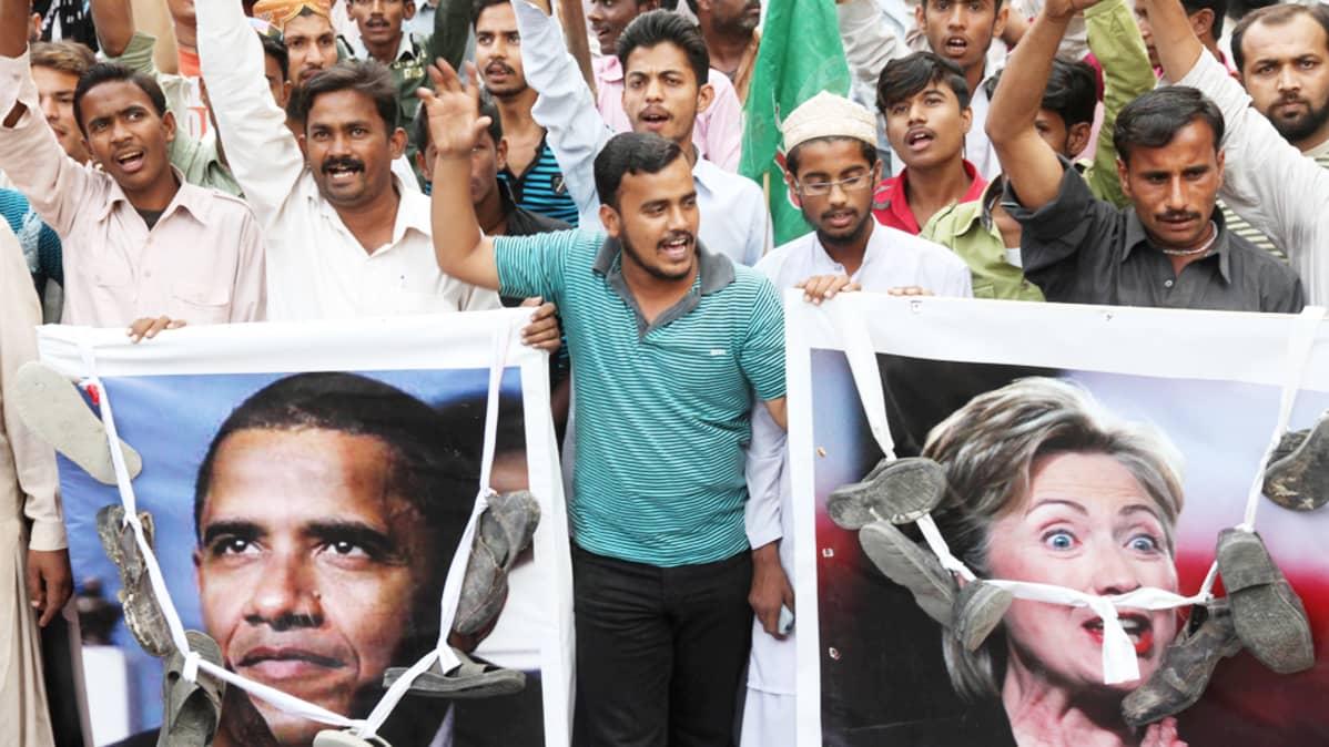 Mielenosoittajat protestoivat NATOn ilmaiskujen vuoksi kuolleiden 24:n pakistanilaissotilaan puolesta Karachissa, Pakistanissa 1. joulukuuta 2011.