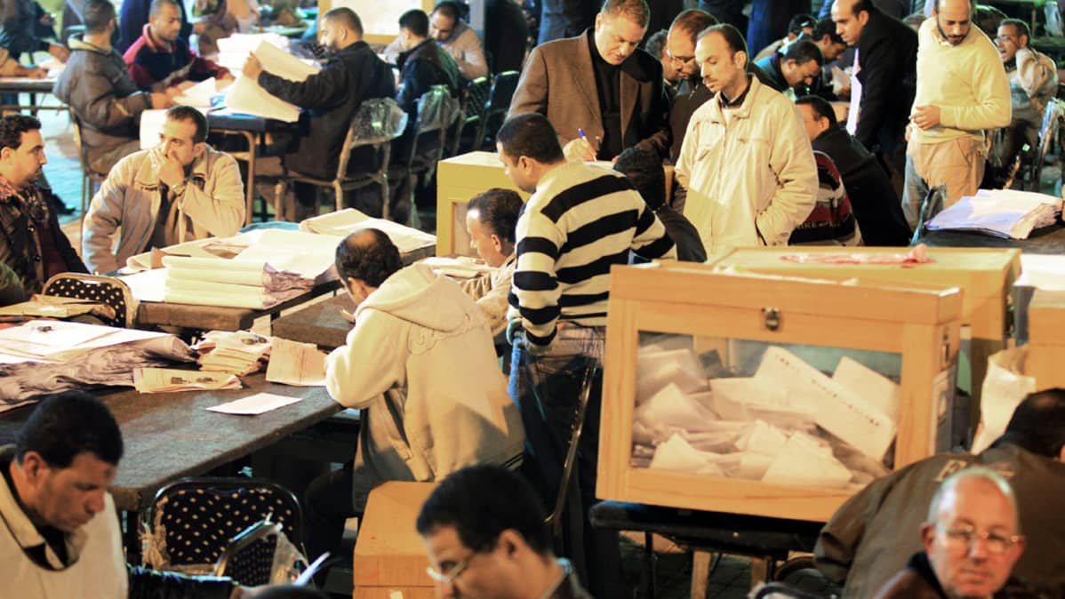 Egyptiläiset vaalivirkailijat laskivat ensimmäisen äänestyksen ääniä toisen äänestyspäivän iltana Kairossa 29. marraskuuta 2011.