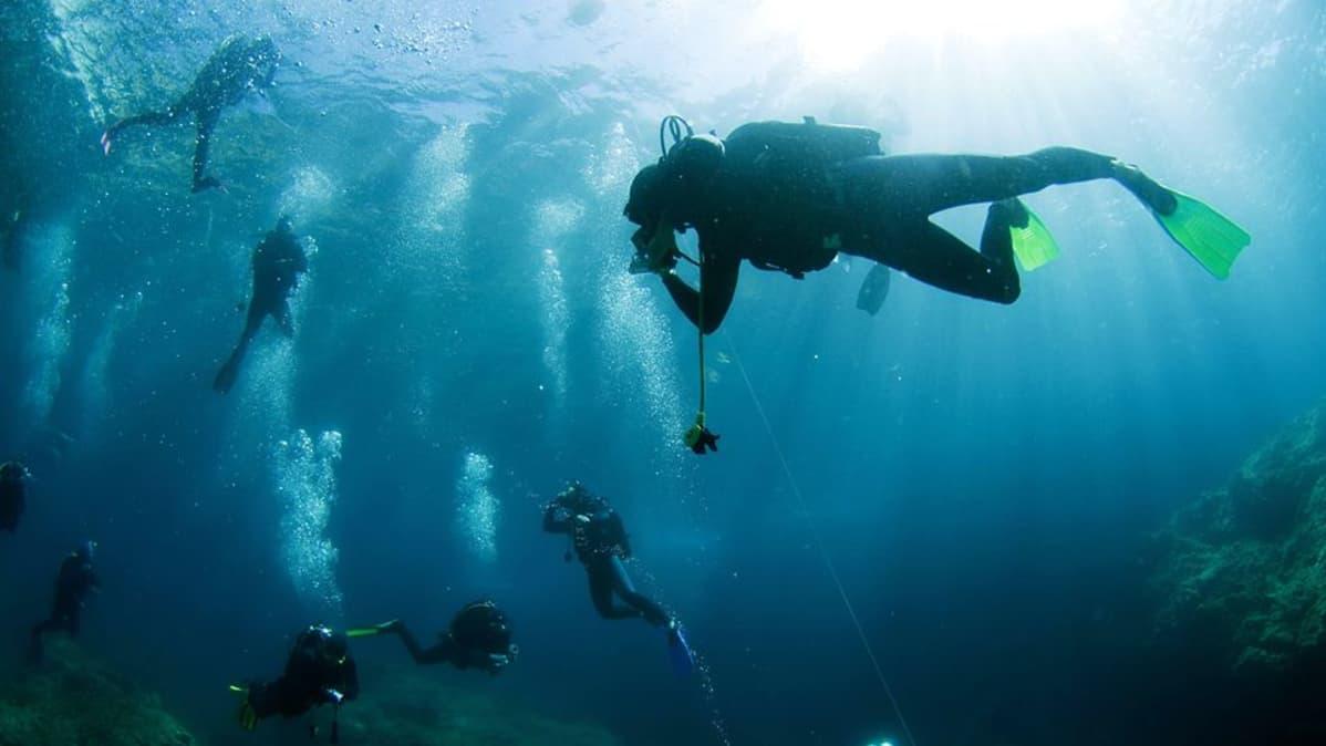 Sukeltajia veden alla Joonianmeressä Kreikassa.