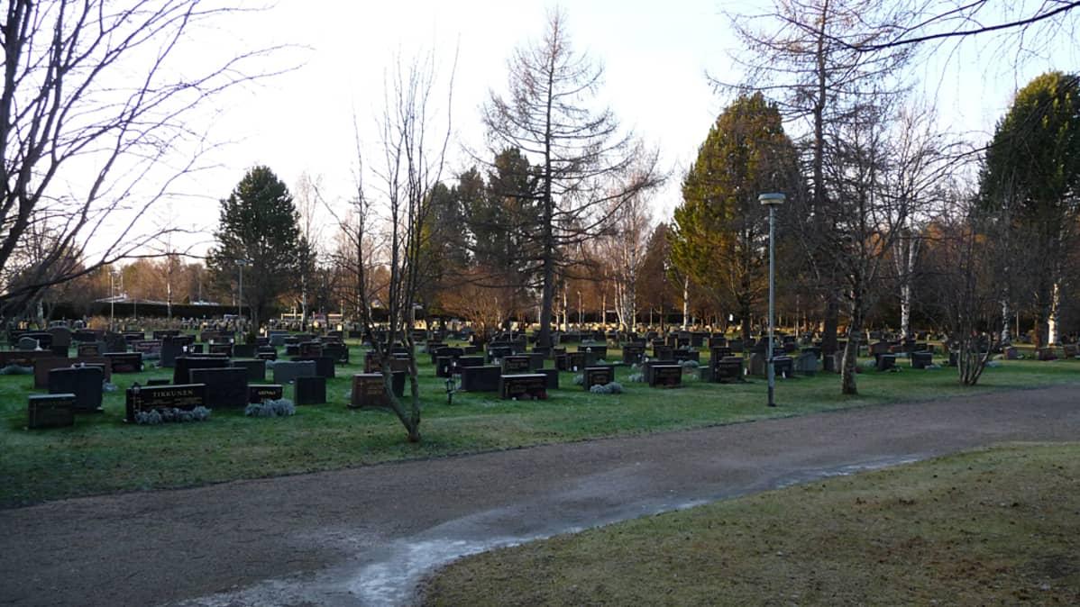 Kajaanin Paltaniemen hautausmaa.