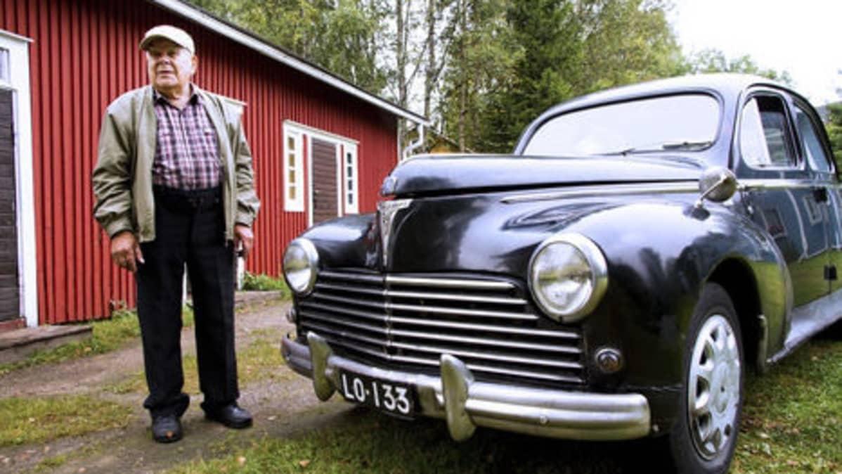 Kemistä kadonnut Aarne Anttila ja hänen musta vuoden 1959 Peugeotinsa.