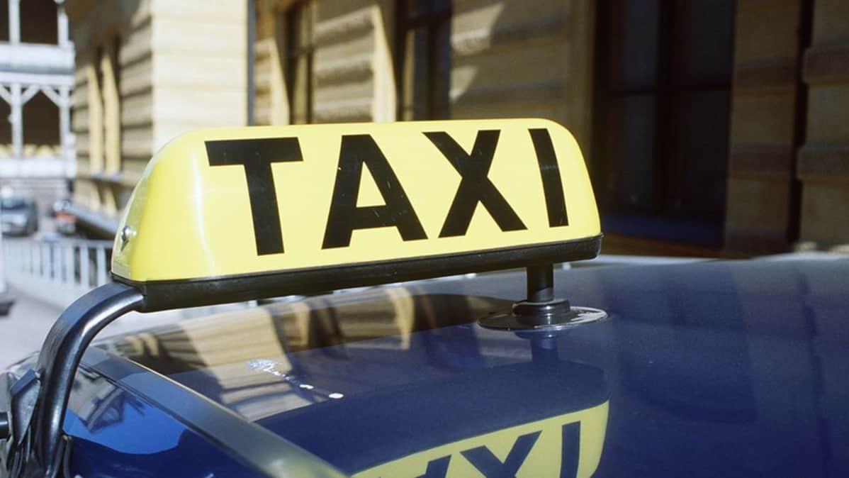 Taksi-merkki taksin katolla.