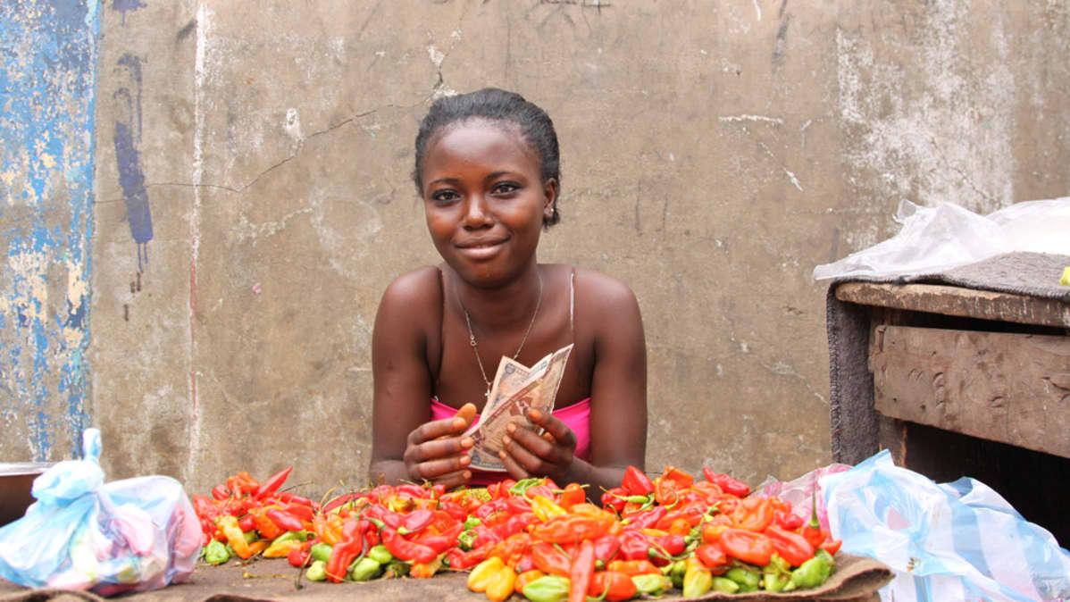 Liberialainen nainen kauppansa edustalla