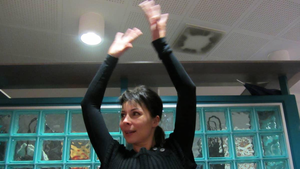 Kuvassa Heidi Yrjänä näyttää uuden liikuntamuodon koreografiaa