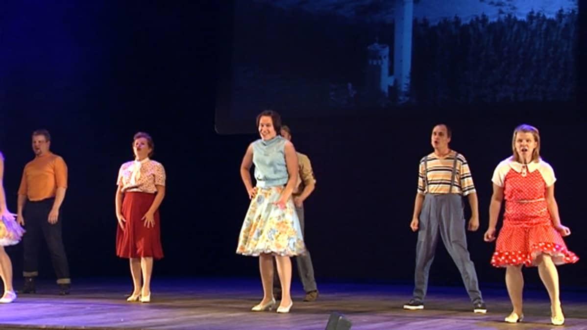 Rakkaat Rissaset -musiikkinäytelmän harjoitukset Kuopion kaupunginteatterissa.