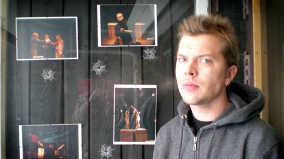 Kahdeksan surmanluotia -näytelmän ohjaaja Juha Luukkonen.