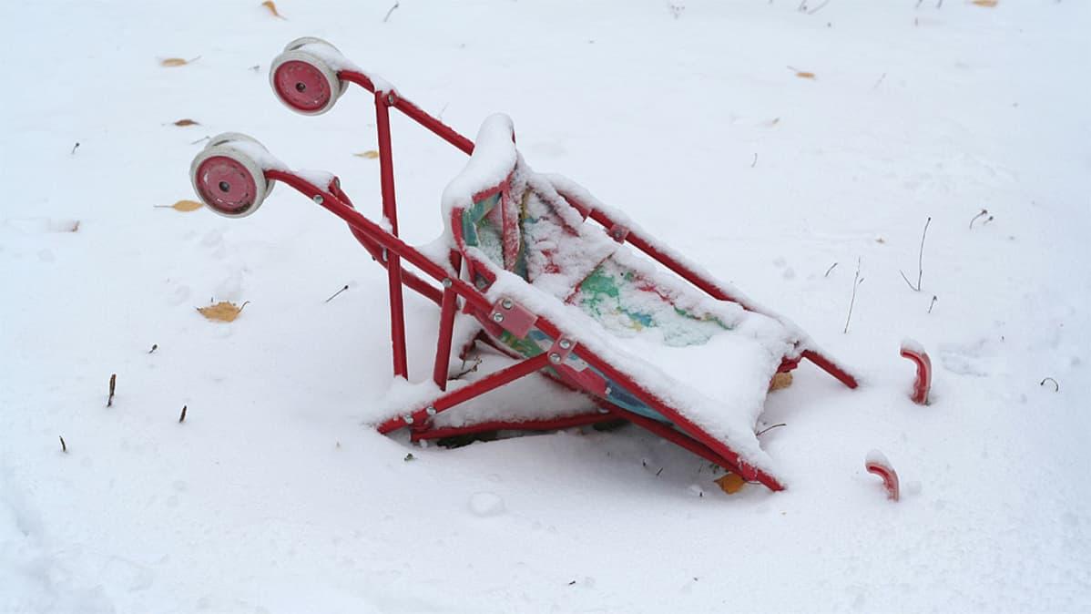 Nukenrattaat kumollaan lumessa.