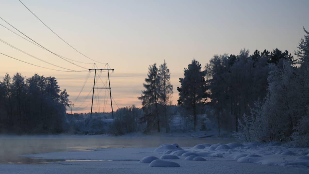 Sähkölinja ylittää Kymijoen Kouvolassa Pessankoskella