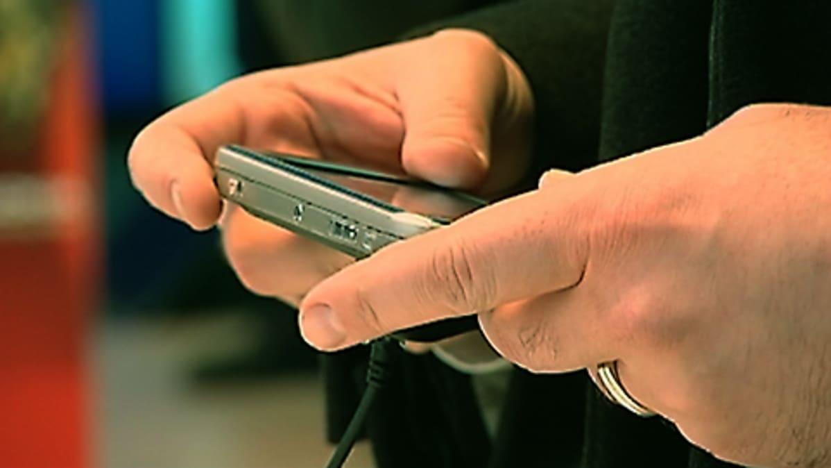 Nokian puhelimen testailua puhelinliikkeessä