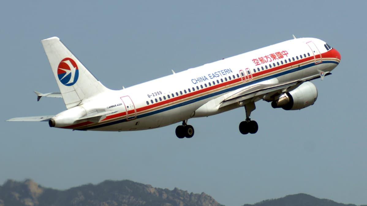 China Eastern-yhtiön lentokone nousee ilmaan Quingdaon kentältä.
