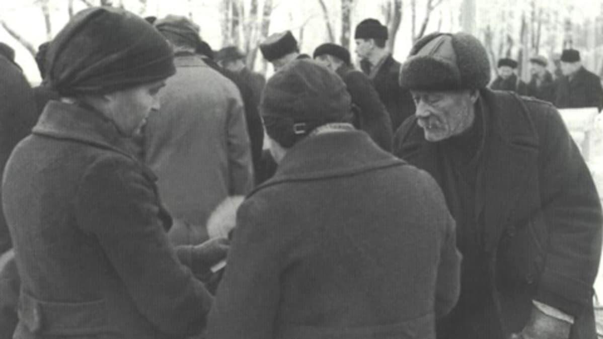 Markkinaväkeä Keskustorilla 1930-luvun alkupuolella.