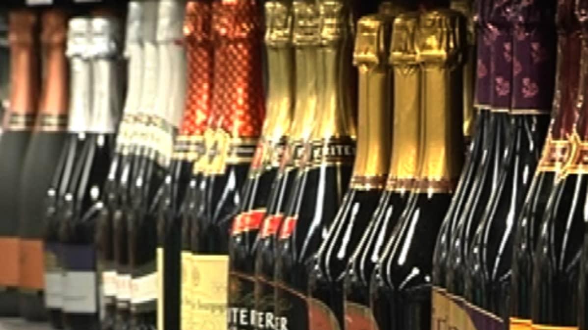 Alkoholipulloja hyllyssä.