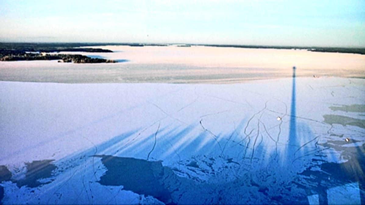 Näsinneulan varjo Näsijärven jäällä