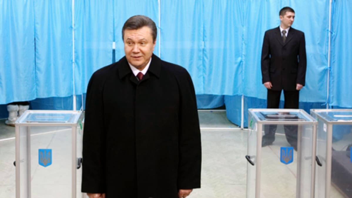 Viktor Janukovitsh poseeraa vaalihuoneella Kiovassa.