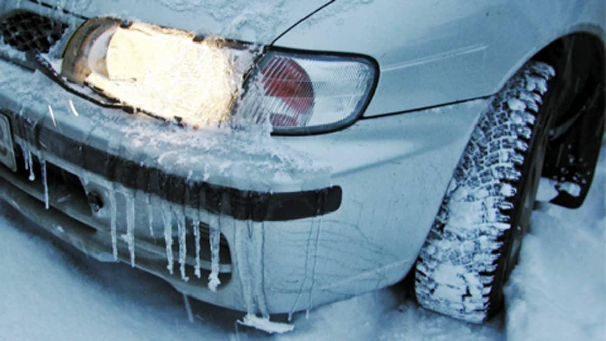 Henkilöauton jääpuikkoinen keula talvella