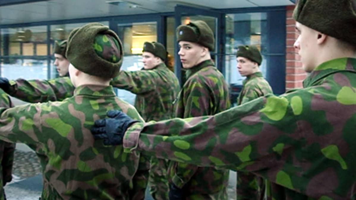 Alokkaita jonossa Riihimäen varuskunnan pihassa helmikuussa 2009.