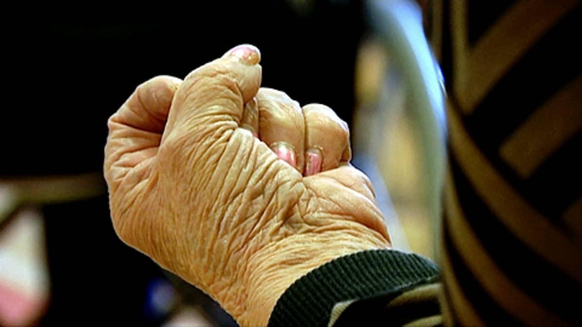 Vanhuksen käsi nyrkissä