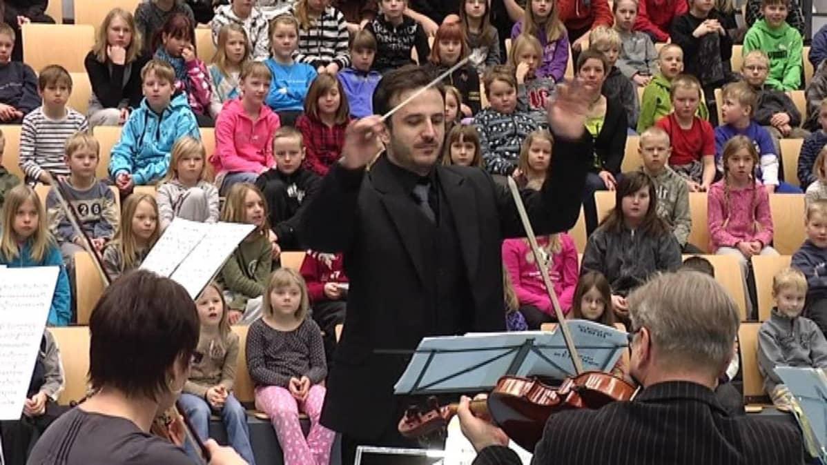 Huba Holloköi johtaa kaupunginorkesteria
