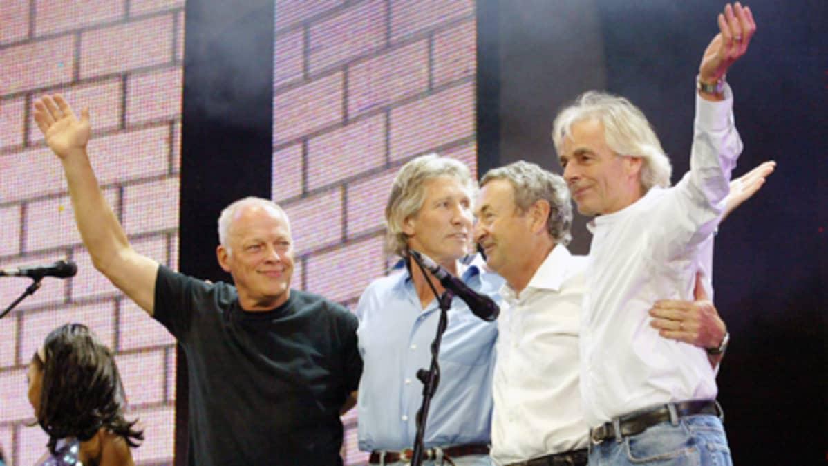 Pink Floydin jäsenet konsertttilavalla Lontoossa.