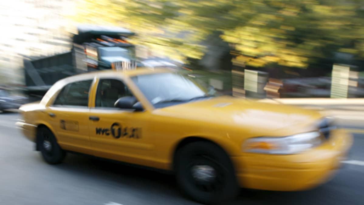 Keltainen New Yorkin taksi liikenteessä.