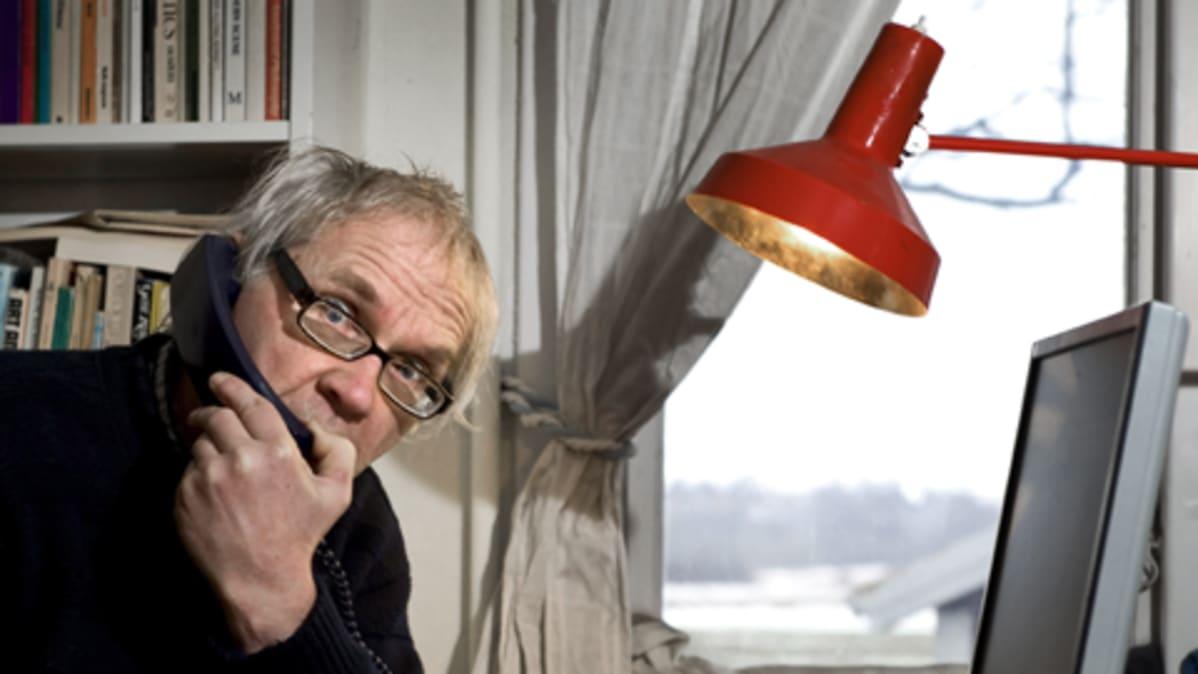 Lars Vilks puhuu puhelimeen kotonaan Etelä-Ruotsin Nyhamnslagessa.