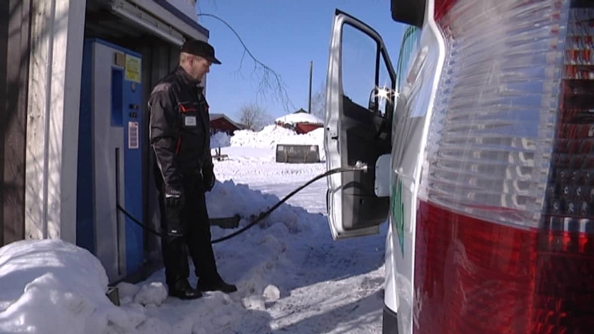 Biokaasuautoa tankataan talvisessa Laukaassa
