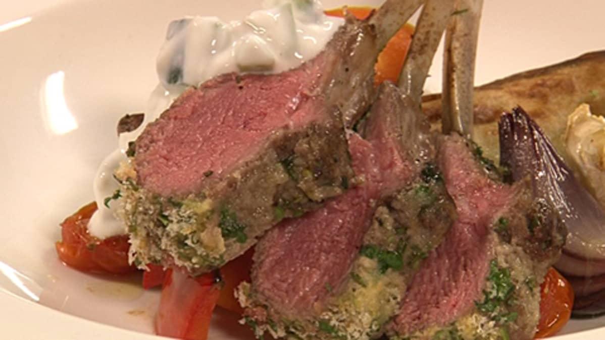 Kokonaisena paistettua lampaankaretta, paahdettuja vihanneksia ja tsatsikia.
