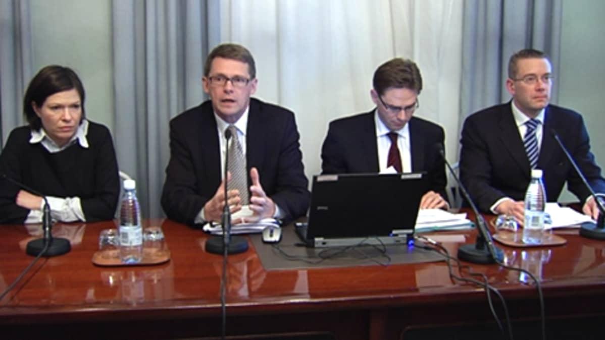 Sinnemäki, Vanhanen, Katainen, Wallin selittämässä budjettikehystä.
