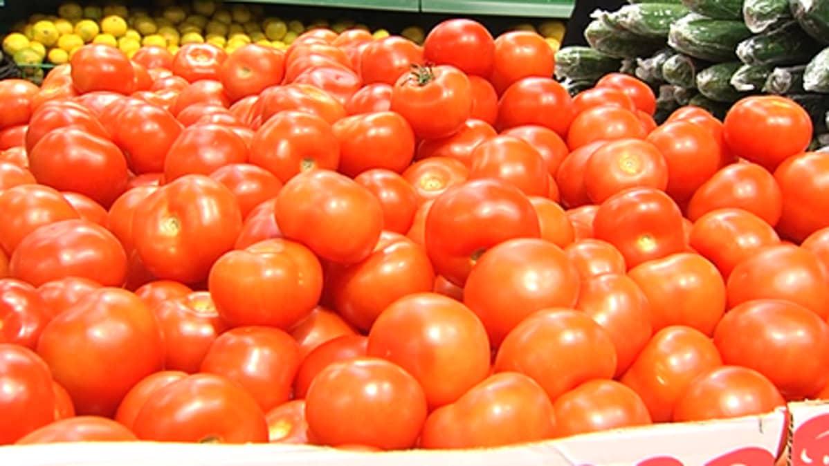 Tomaatteja pahvilaatikossa ruokakaupassa.