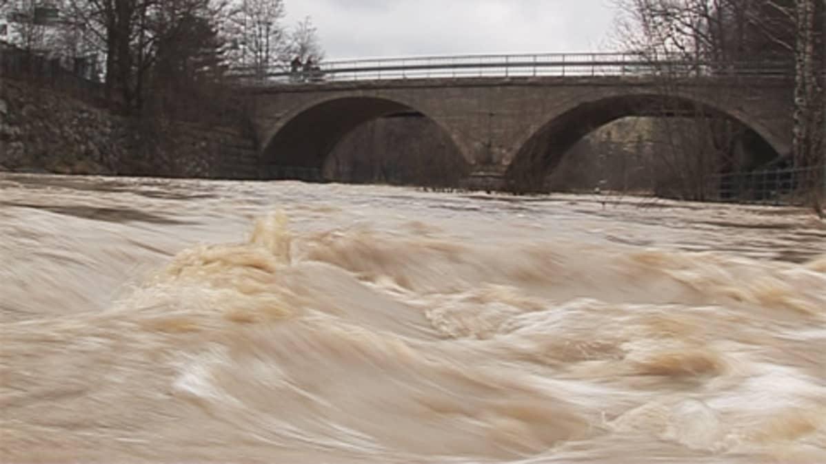 Vantaanjoki kuohuu sillan alla huhtikuussa.