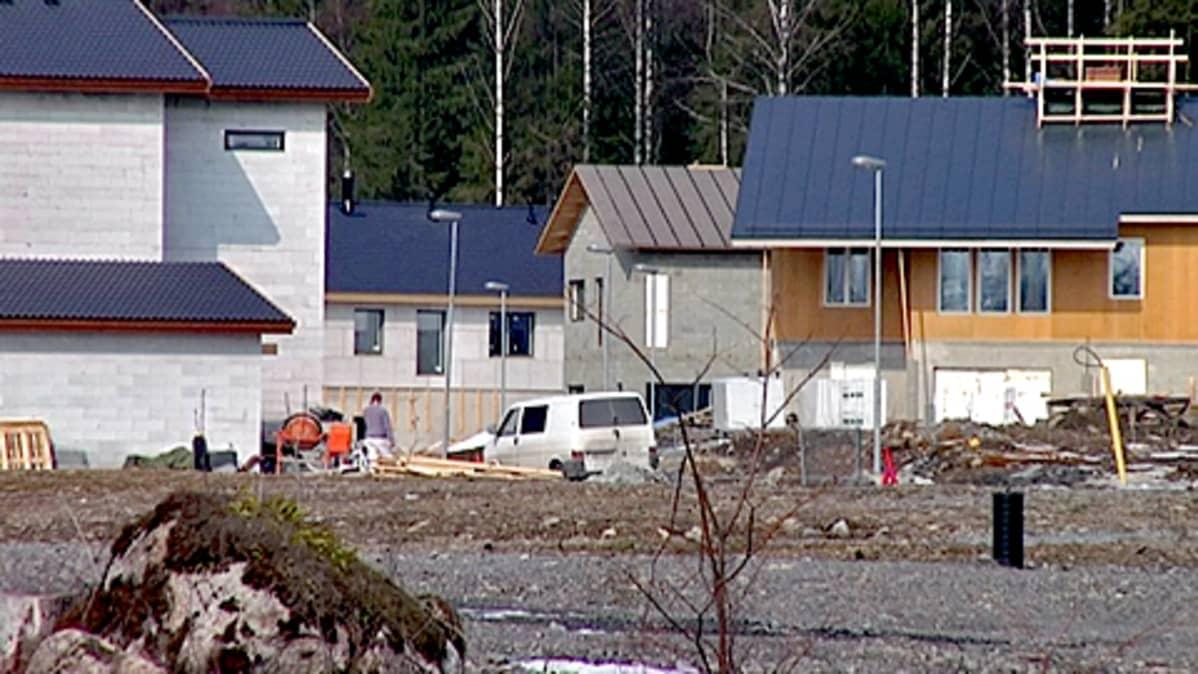 Rakenteilla olevia omakotitaloja Mäyränmäellä Vuoreksessa